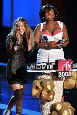 Sarah Jessica Parker next to Jennifer Hudson