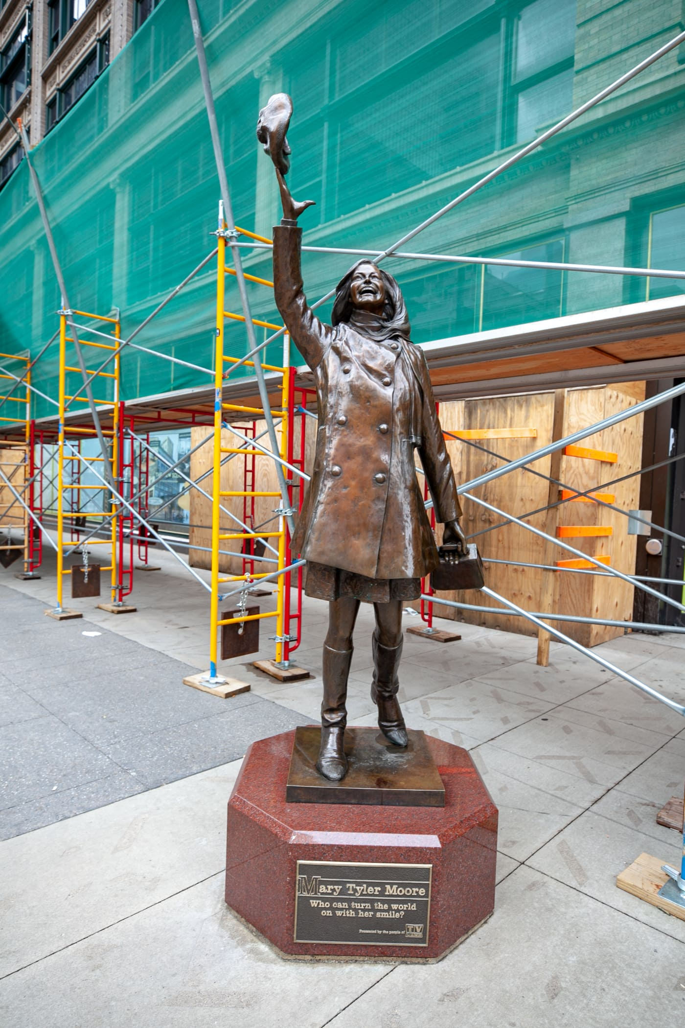 Mary Tyler Moore statue in Minnespolis, Minnesota.